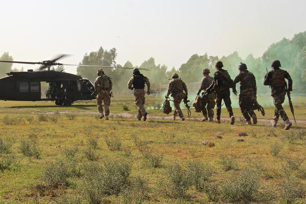 Soldiers assigned to Train Advise Assist Command-East and Afghan National Army troops from 201st Corps exfil to a waiting UH-60 Black Hawk helicopter from 101st Combat Aviation Brigad in Laghman province Sept. 23, 2015. (U.S. Army/Capt. Jarrod Morris)
