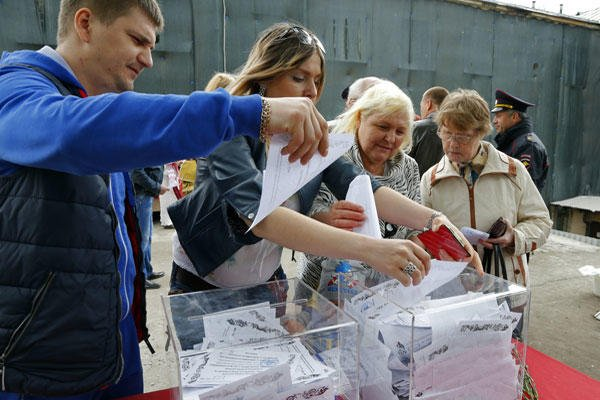 Ukrainians, who are in Russia at the moment, cast their referendum ballots in Moscow, Russia, on Sunday, May 11, 2014. (AP Photo/Dmitry Lovetsky)