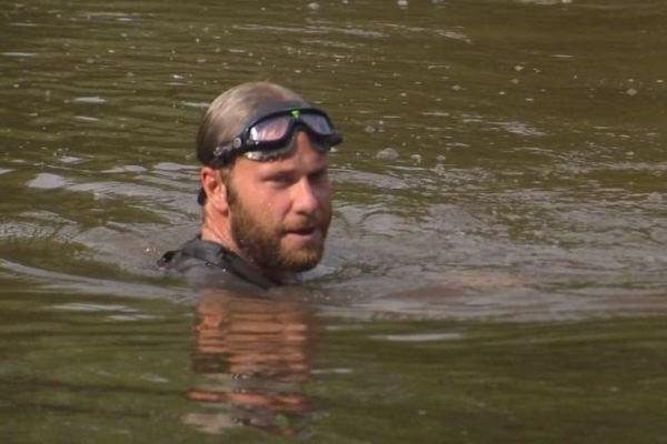 Navy vet, Chris Ring, recently swam the Mississippi River to honor family members of fallen service members.Fox